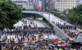 7月1日早朝、一部の香港市民は主要幹線道路の夏慤道に集まり、警官隊と対峙した(李逸/大紀元)