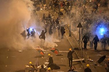 香港警察当局は2日未明、幹線道路を占拠する市民らに催涙弾などを発射して強制排除した(ANTHONY WALLACE/AFP/Getty Images)