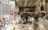 香港市民は立法会の建物の外で、割れたガラスや壊れた机などの清掃をした(余剛/大紀元)