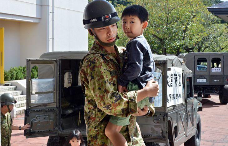 米専門家はこのほど、日本軍の必要性を説く論文を大紀元に寄稿した。写真は2015年、茨城県で洪水に見舞われた地域に災害派遣された陸上自衛隊員(GettyImages)