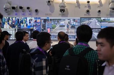 中国当局は7月2日、人の歩き方で人物を特定できる「歩行識別システム」を公表した(NICOLAS ASFOURI/AFP/Getty Images)