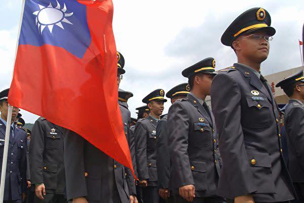 台湾立法院は7月3日、「両岸人民関係条例」改正案を通過させた。軍の元幹部が中国共産党の旗に敬礼したなどの場合、退職金受給の資格はく奪を可能にした(PATRICK LIN/AFP/Getty Images)