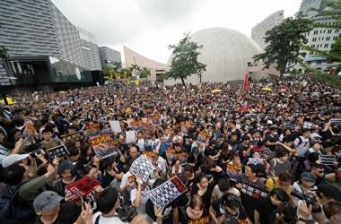 香港市民は7日、逃亡犯条例改正案の撤回を求めて九龍半島の繁華街でデモ行進を行った(李逸/大紀元)