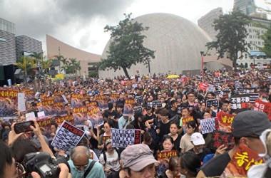 香港デモで多くの人は「香港撐住」(香港、踏ん張れ)のポスターを手にしている(大紀元)