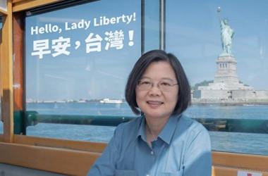 カリブ海諸国を訪問するため、米ニューヨークに立ち寄った台湾の蔡英文総統は、自由の女神像とのツーショット写真を公開(蔡総統のフェイスブックより)
