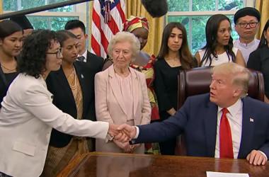 トランプ米大統領は2019年7月17日、大統領執務室で、法輪功学習者の張玉華さんをはじめ、中国など17カ国の宗教弾圧の被害者27人と面会した(スクリーンショット)