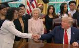 トランプ米大統領は17日ホワイトハウスで、法輪功学習者の張玉華さんをはじめ、中国など17カ国の宗教弾圧の被害者27人と面会した(スクリーンショット)
