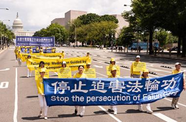 2019年7月18日、在米法輪功学習者は首都ワシントンで、20年前に中国当局が始めた弾圧の停止を呼びかける集会とパレード行進を行った(戴兵/大紀元)
