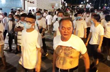 7月21日、香港の元朗で市民を襲った、白い服に同じマスクの数十人の集団(提供写真)