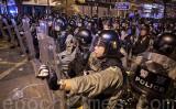 7月21日夜、幹線道路を占拠する抗議者の強制排除に乗り出した香港の警官隊(余剛/大紀元)
