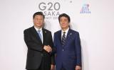 6月末に大阪で開催された20カ国・地域首脳会議で、中国の習近平国家主席と安倍首相は日中関係について「正常な軌道に戻った」と確認した(LUDOVIC MARIN/AFP/Getty Images)