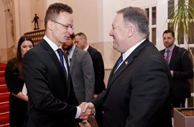 今年2月ハンガリーを訪問したポンペオ米国防長官(右)と握手する同国のペーテル・シーヤールトー外相(左)(ATTILA KISBENEDEK/AFP/Getty Images)