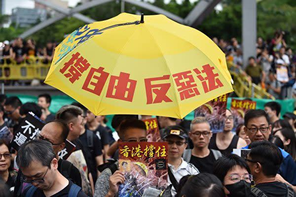 7月7日、香港市民が「逃亡犯条例」改正案をめぐって九龍島で抗議デモ(HECTOR RETAMAL/AFP/Getty Images)