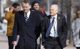 米のピーター・ナバロ通商製造業局長(右)とロバート・ライトハイザー通商代表部代表(左)(JIM WATSON/AFP/Getty Images)