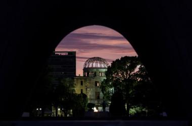 かつて緑青の美しさを称えたドームを背景に 広島原爆投下から74年 鎮魂の祈り(GettyImages)
