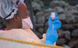 2019年8月、コンゴで、エボラ出血熱のワクチンを用意する看護師。参考写真(GettyImages)