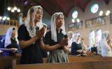 8月9日、長崎原爆犠牲者の慰霊のために祈るクリスチャン(GettyImages)