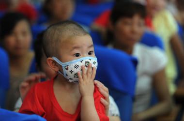 米通信社ブルームバーグが、高額の医療費を支払えず経済的苦境に立たされている中国の小児がん患者たちを取材した(STR/AFP/GettyImages)