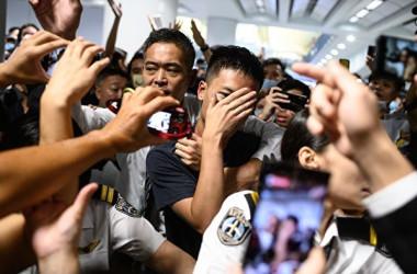 13日、香港国際空港で行われた大規模な抗議デモで、参加者らは中国当局の公安警察とみられる男性1人を取り囲んだ(PHILIP FONG/AFP/Getty Images)
