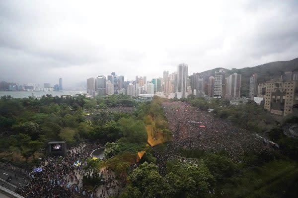 8月18日、香港島中心部にあるビクトリア公園で大規模な集会が行われた。主催者側の発表では約170万人の市民が参加した(孫青天/大紀元)