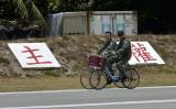 2016年3月、係争地域のスプラトリー諸島のひとつ、太平島を巡回する台湾の兵士(SAM YEH/AFP/Getty Images)