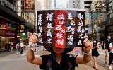 「逃亡犯条例」改正案の完全撤回など5つの訴えが書かれたプラカードを掲げて抗議活動をする香港市民(宋碧龍/大紀元)