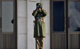 朝鮮半島を隔てる軍事境界線から、韓国側を監視する北朝鮮兵士。2011年撮影 参考写真(GettyImages)