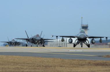 在韓米軍が撤退すれば情報共有は韓国と日本で必要になる。だからアメリカ政府は、韓国と日本で情報を共有するGSOMIAを結ばせた。アメリカ政府の視点では、韓国と日本でアメリカの代わりに戦争させるためだ  ( Photo by Senior Airman Colby L. Hardin/U.S. Air Force via Getty Images)