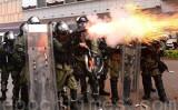 8月25日、香港警察が、荃湾区で抗議活動をしていた市民に対して催涙弾などで強制排除した際、拳銃を発砲した(宋碧龍/大紀元)