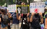 8月24日の抗議活動で、一部の香港人抗議者は道路などに設置された防犯灯柱を取り壊した。中から見つかった部品は中国監視システム「天網」にも使われていると指摘された(駱亜/大紀元)