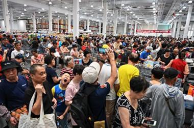 中国上海市では27日、米コストコの中国1号店がオーブンした。客が殺到したため同日午後1時に営業を終了した(HECTOR RETAMAL/AFP/Getty Images)