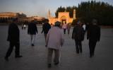 新疆ウイグル、10年で逮捕者が10倍になった。写真は2019年6月、ウルムチのモスクで、ラマダン明けの街を歩く人々(GettyImages)