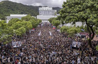 9月2日、香港中文大学で、各大学の学生約3万人が授業をボイコットし集会を行った(余鋼/大紀元)