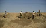 2012年8月、中国内モンゴル・パオトウ市でレアアースの作業に係わる労働者たち(GettyImages)