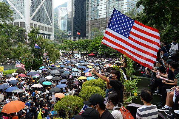香港市民は8日、米議会に対して「香港人権・民主主義法案」の可決を求めて、中心部で集会・デモ行進を行った(宋碧龍/大紀元)