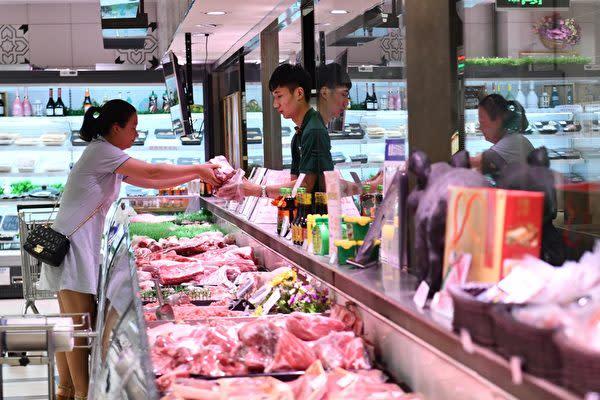 2019年7月10日、北京市のスーパーで豚肉を購入している市民(大紀元資料室)