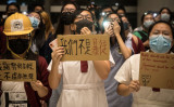 香港警察の暴力に抗議する中学生たち(GettyImages)