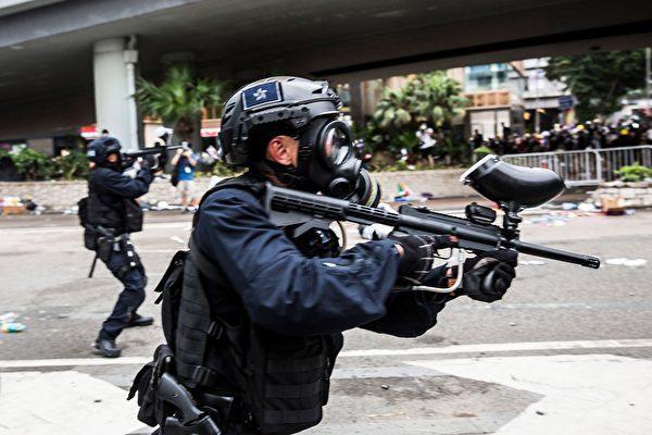 2019年6月12日、香港警察は海富バス総駅付近で抗議活動を行う市民に催涙弾やビーンバッグ弾などを発射して強制排除した(ISAAC LAWRENCE/AFP/Getty Images)
