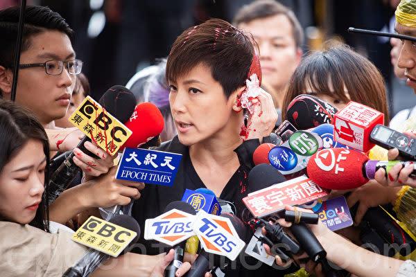 9月29日、台湾台北で香港市民を支持するデモに参加した、民主活動家で歌手の何韻詩さん。メディアの囲み取材に対応中、赤いペンキを掛けられるいやがらせを受けた(陳柏州・大紀元)