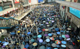 10月1日、香港各地で大規模なデモが行われた。武装警官がデモに参加した男子高校生に発砲した(大紀元)