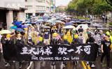 9月29日、台湾台北市で市民10万人が雨の中、香港の抗議活動を支持するデモ行進を行った(陳柏州/大紀元)
