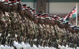 2017年11月、ナイロビで軍事パレードを行うケニア軍(AFP Photo/Yasuyoshi Chiba)