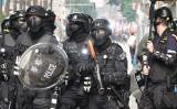 9月29日、抗議者と対峙した香港治安部隊の警官ら(余鋼/大紀元)