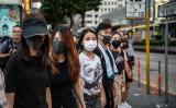 10月5日、香港緊急条例の発動の後、マスクを付けてデモ行進に参加する人々(GettyImages)