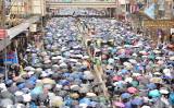 10月6日、香港市民は雨の中、抗議デモを行い「覆面禁止法」への反対を訴えた(余天佑/大紀元)