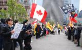 9月30日、トロント市庁舎前に市民団体が集まり、香港の抗議活動への支持を訴え、中国国旗の掲揚式に反対した(伊鈴/大紀元)