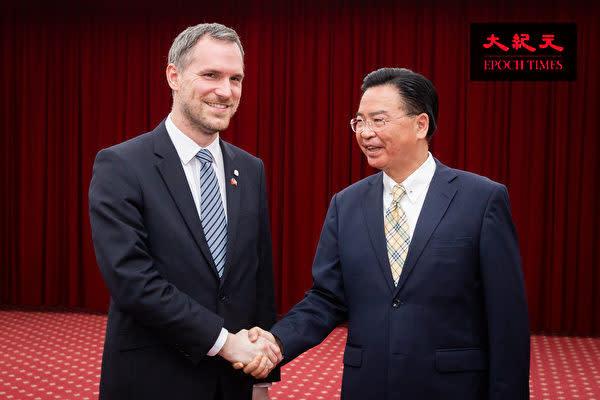 今年3月、台湾を訪問したチェコ共和国プラハ市のフジブ市長(左)と台湾の呉釗燮外相(右)(陳柏州/大紀元)