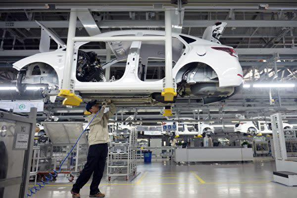 中国浙江省統計局が発表した1~8月工業部門企業利益によると、上海は前年比約2割減となった(STR/AFP/Getty Images)