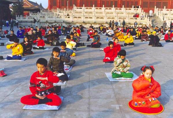 1998年北京にて、外で煉功する法輪功学習者たち。迫害前、このような光景は中国全土において普遍的に見られ、公安の取り締まりも皆無だった(明慧ネット)