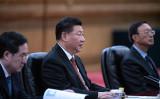 中国共産党理論誌「求是」は10月2日、習近平総書記(中)が党内闘争を警告する演説を掲載した(Fred Dufour – Pool/Getty Images)